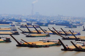 The image shows a large number of cargo vessels on the Yangtze River.